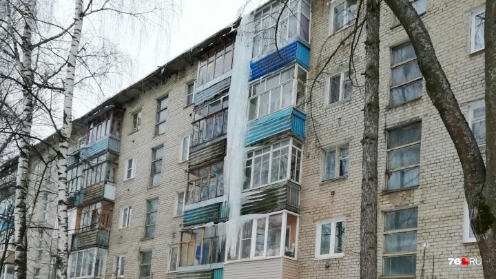 И так сойдёт: с ярославского дома вместе с сосулькой-гигантом сбили балкон