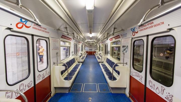 Вагон поезда в новосибирском метро украсили фотографиями крови