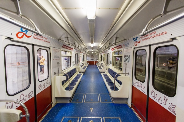 Вагон поезда-музея украсили фотографиями новосибирской службы крови