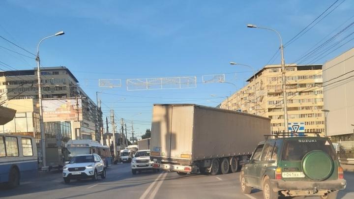 «На мосту через две сплошные»: три иностранные фуры парализовали движение по Первой Продольной