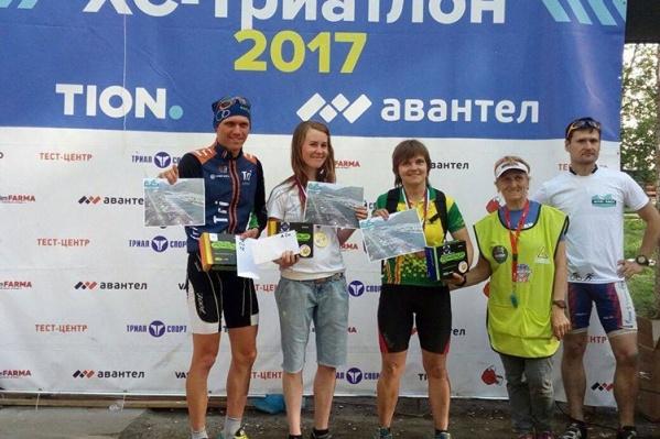 Марина Абилдаева — вторая слева, главный судья соревнований Людмила Воронова —вторая справа