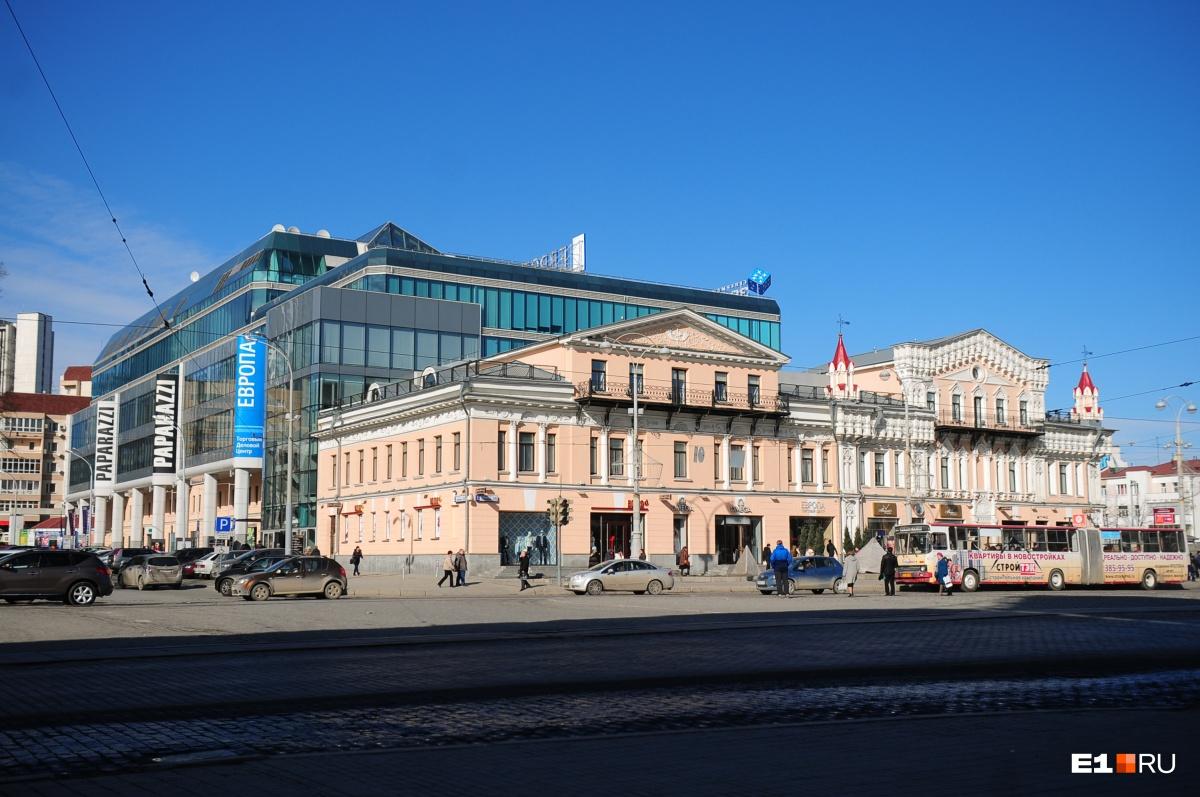 Если приглядеться, то видно, что дом Коробковых состоит из двух зданий, которые когда-то объединили