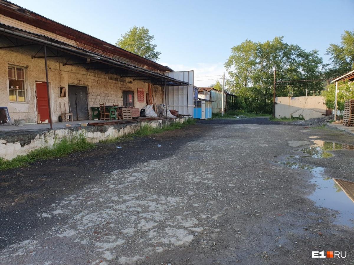 Клуб находится на отшибе, рядом с полузаброшенными складами