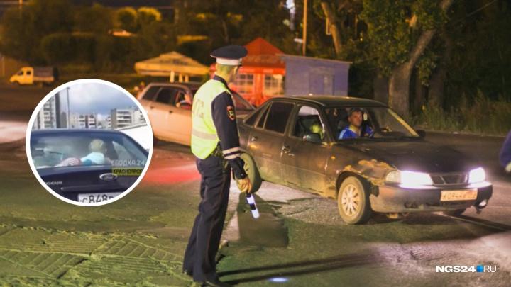 Родителей, катавших ребенка в машине под задним стеклом, нашли и оштрафовали
