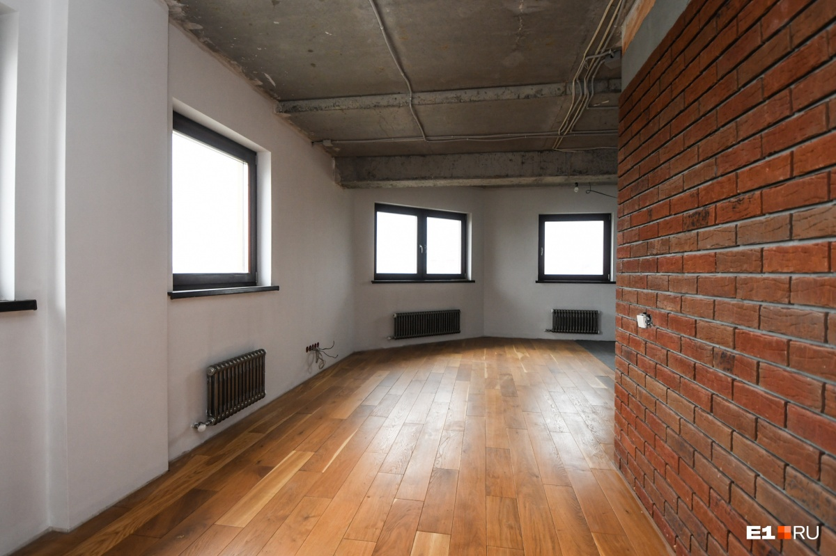 Здесь можно обустроить еще одну гостиную или спортзал (за стеной справа — место под барную стойку)