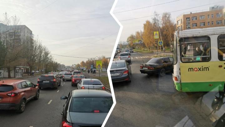 В центре Ярославля автобус с пассажирами врезался в иномарку
