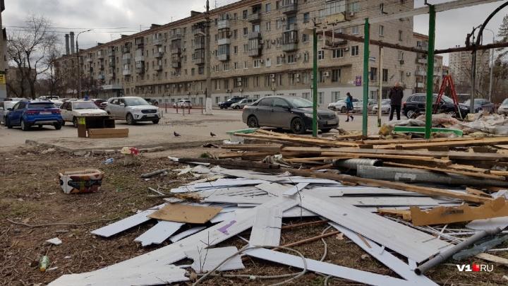 «Наши подписи выбросили в топку»: в центре Волгограда сносят старейший киоск с овощами