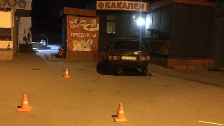Водитель «девятки» сбил двух пешеходов возле киоска и ушёл с места ДТП