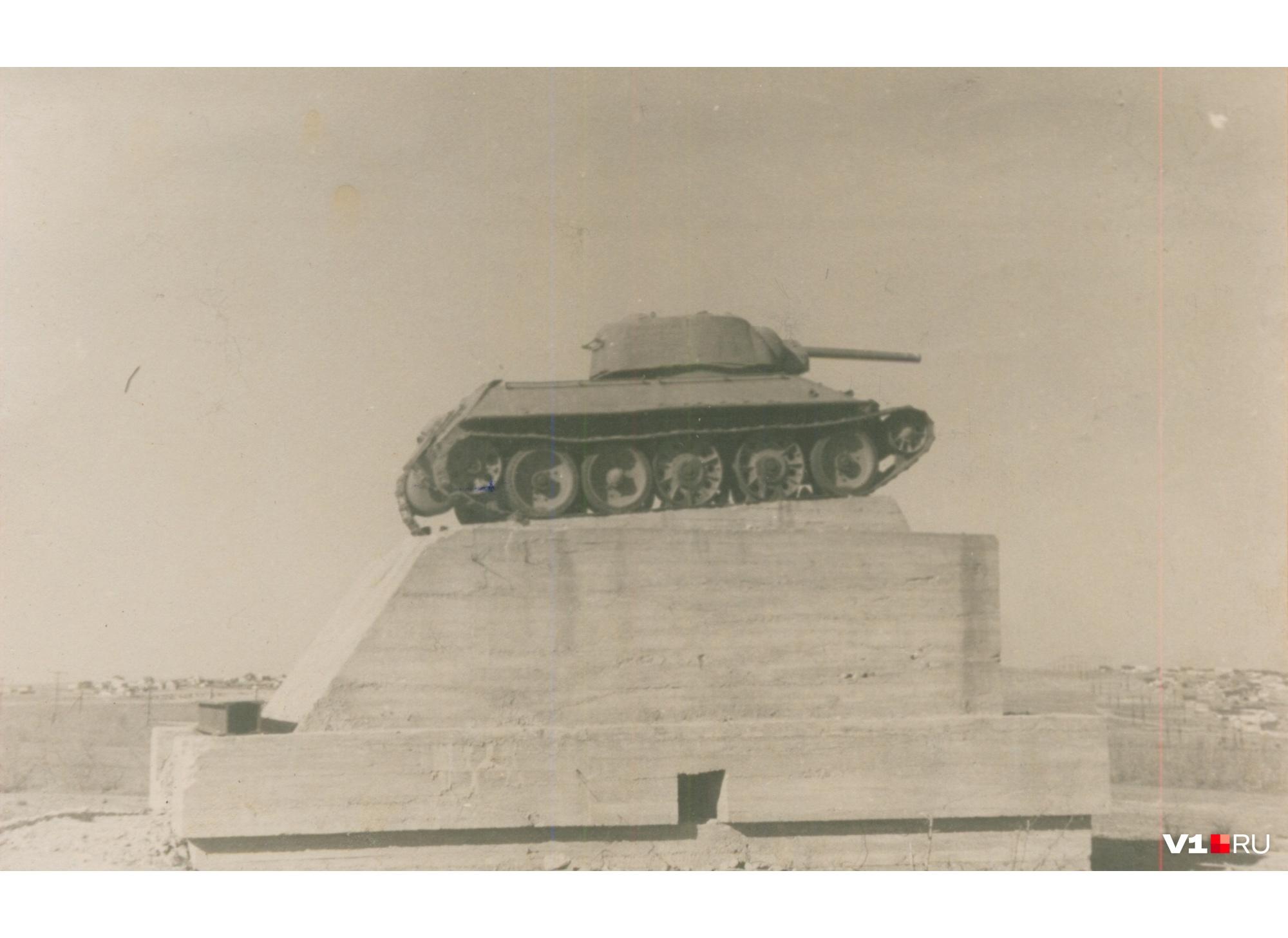 Вначале пушка подбитого танка была опущена вниз
