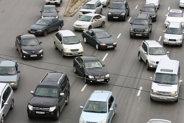 Машины едут со скоростью не больше 5 км/ч