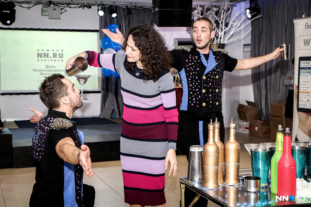 Ну, а как же без шоу на празднике? Целое представление — как эффектно приготовить коктейль — продемонстрировали парни из Star Bar Show