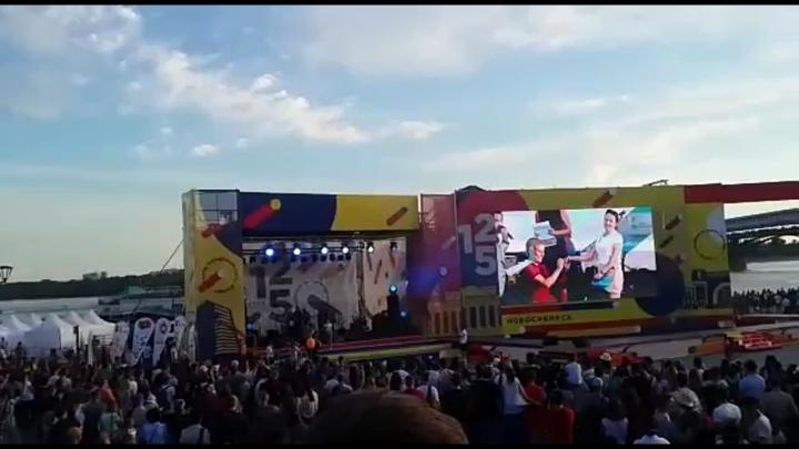 Новосибирец сделал предложение своей девушке со сцены на Михайловской набережной
