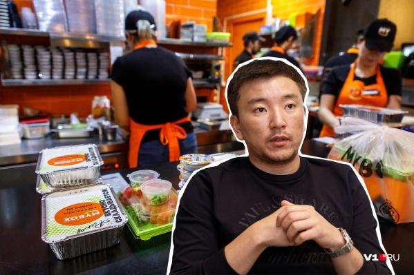После видеопрокатов Игорь Хен переключился на роллы и суши