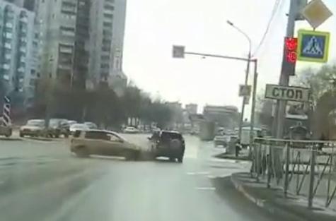 «Куда ты летишь?»: водитель «Хонды» проскочил на желтый и может остаться без наказания