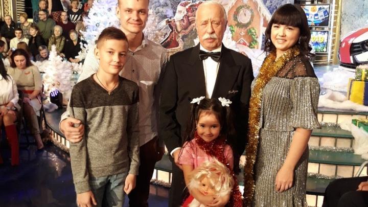 «Леонид Якубович в жизни еще лучше, чем на экране»: семья из Прикамья приняла участие в «Поле чудес»
