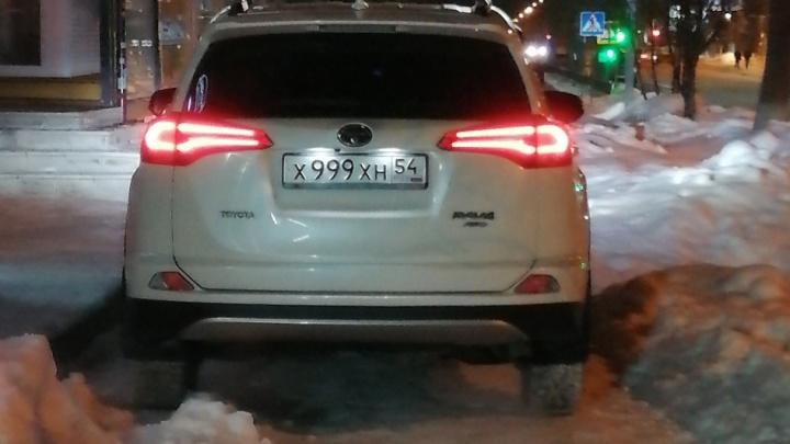 «Я паркуюсь как чудак»: «Тойоту РАВ4» 999 обозвали корытом за издевательство над пешеходами