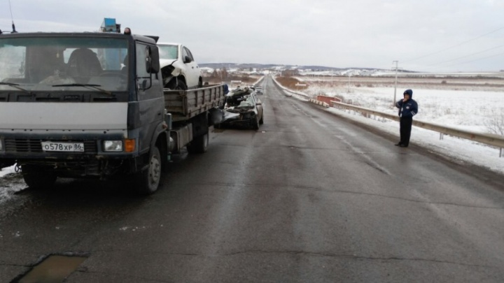 На трассе в Башкирии легковушка влетела в манипулятор