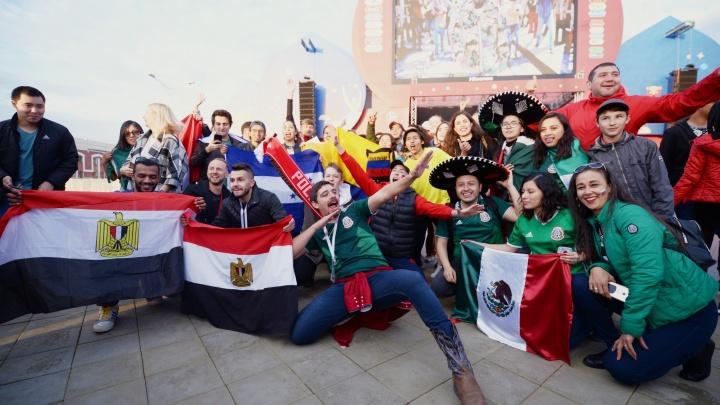 Танцевали сальсу и играли огромным мячом: фоторепортаж из фан-зоны во время матча Германия — Мексика