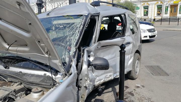 В тройном ДТП на Любинском проспекте одного из водителей зажало между креслом и дверью