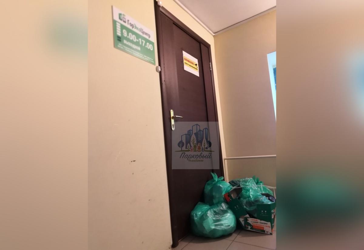 Несколько пакетов сложили возле дверей предприятия