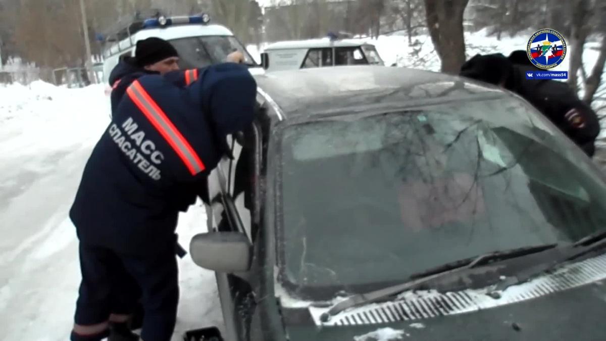 Спасатели вскрыли машину за 5 минут