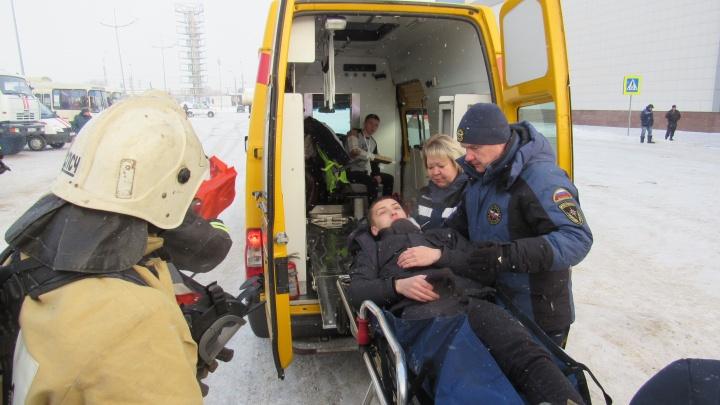 За час сотрудники МЧС «потушили» пожар и «спасли» 17 человек из ТЦ «ГиперСити»