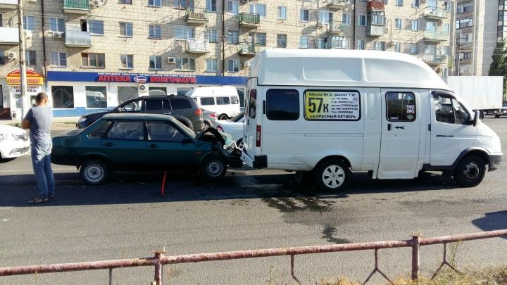 На севере Волгограда ВАЗ-2199 протаранил маршрутку с пассажирами