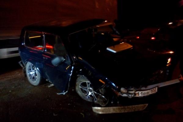 Водителю помогли выбраться из искореженного автомобиля