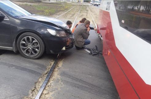 После аварии Honda и трамвай остались на путях
