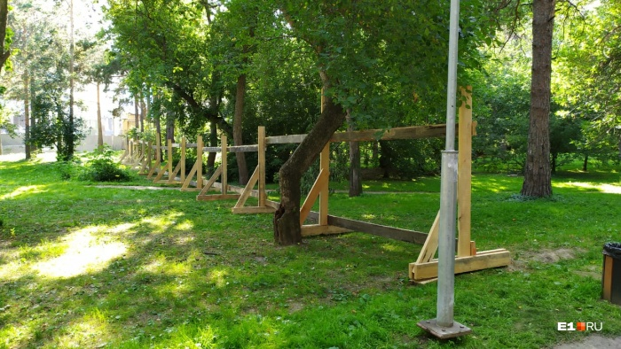 «Забор просто перерезает Зеленую рощу пополам», — передала наш корреспондент с места