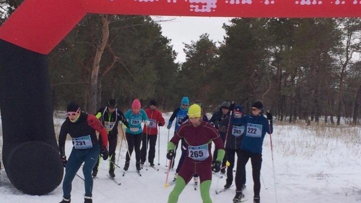 «Чудеса случаются!»: волгоградцы за несколько часов разбили большой каток для лыжных гонок