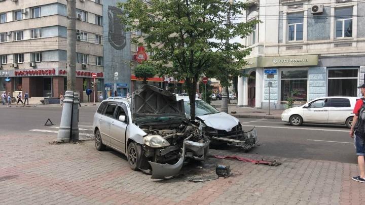 У «Детского мира» после аварии машины отбросило на тротуар
