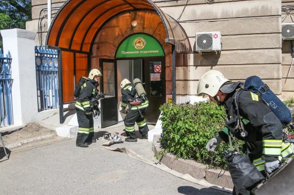 Пожарные прошли в задымившееся здание и вывели замешкавшихся пациентов