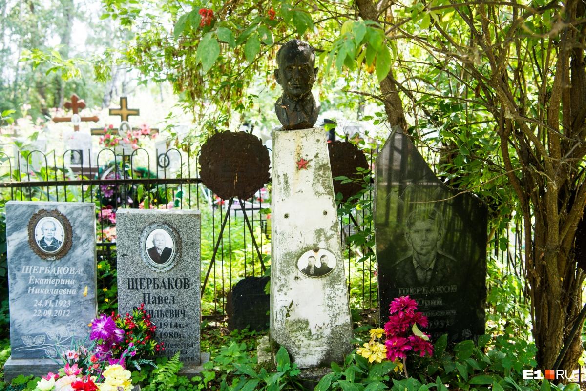 Много семейных участков, на которых родственники похоронены рядом