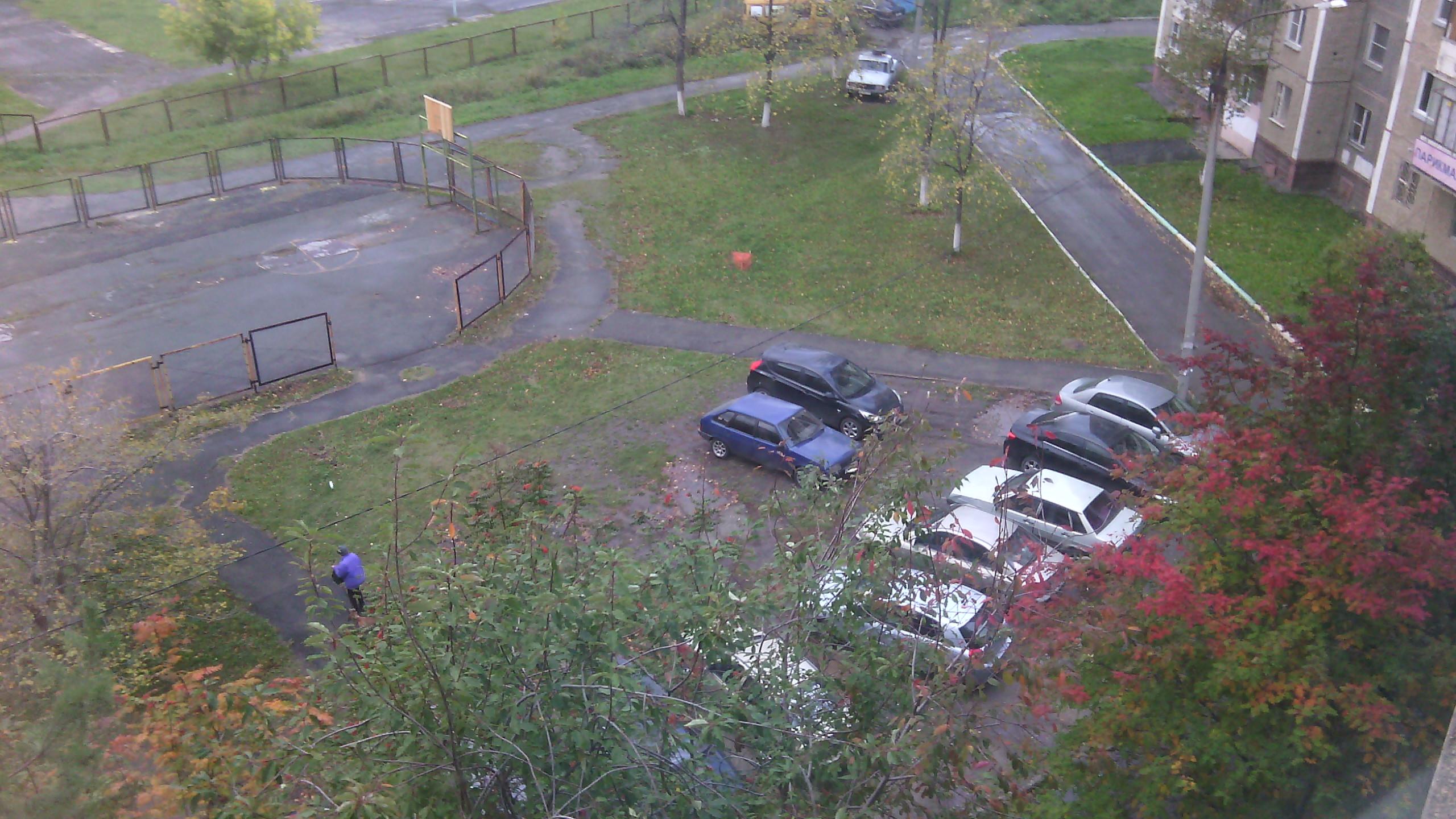 Третий снимок с того же места: автомобили разные, проблема одна