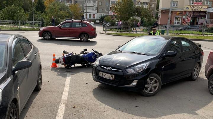 От удара перелетел через машину: камера сняла, как мотоциклист врезался в Hyundai около «Дирижабля»
