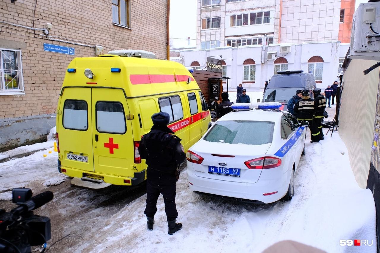 Сотрудники полиции охраняют вход в отель