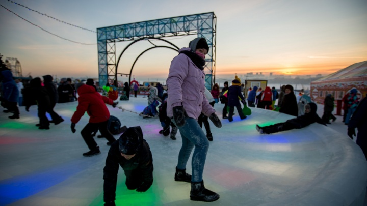 Начали оттаивать: городок на набережной и каток в Центральном парке открылись после морозов