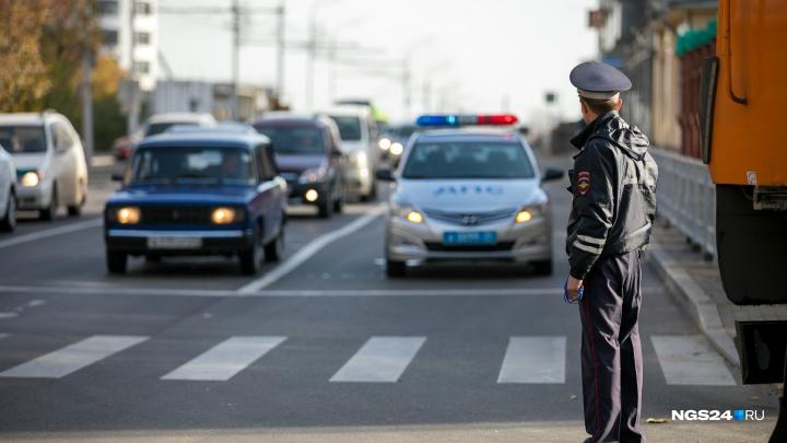 «Обещал сделать права»: инспектора ГИБДД поймали на взятке
