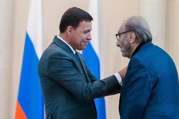 Евгений Куйвашев вручает Виталию Воловичу знак отличия «За заслуги перед Свердловской областью»