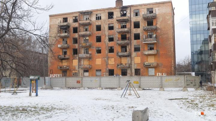 Жильцов дома на Чапаева взяли в осаду и перекрыли им въезд во двор из-за многоэтажки, которую снесут