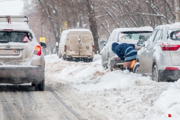 С этими сугробами на проезжей части прекрасно бы справились снегоплавильные станции