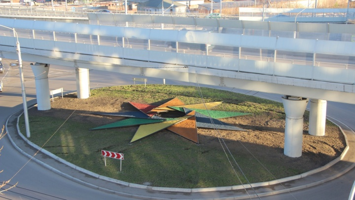 На Брянской благоустроили два транспортных кольца: создали огромную звезду на газоне и мини-сквер