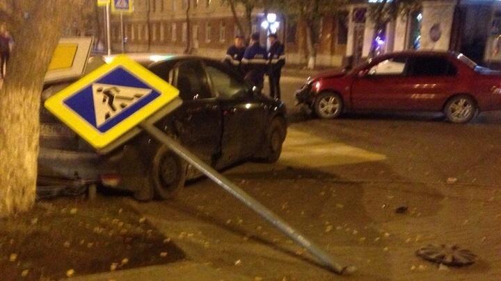 Две легковушки устроили аварию и снесли дорожные знаки у тюменского правительства