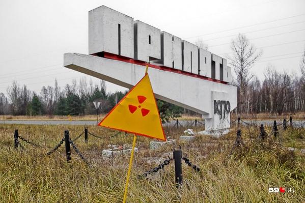 На въезде в город стоит знак радиационной опасности