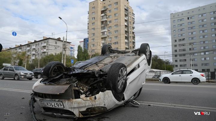 Зацепил бордюр — и в больнице: на проспекте Ленина в центре Волгограда перевернулась иномарка