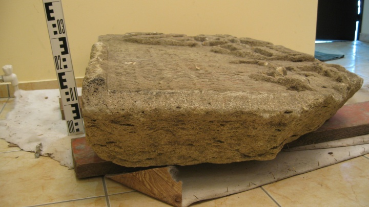 «Сделали в XV веке»: вШигонском районе нашли древнюю плиту