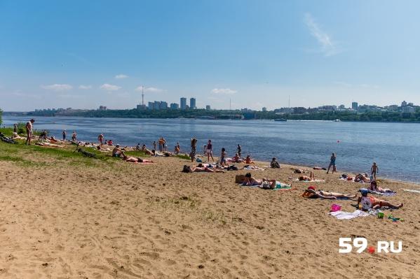В Перми первые жаркие выходные с начала лета, многие решили провести их на пляже