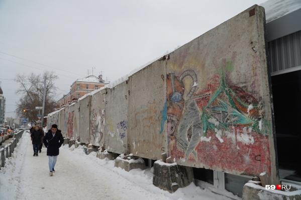 За бетонным ограждением оказались десять павильонов