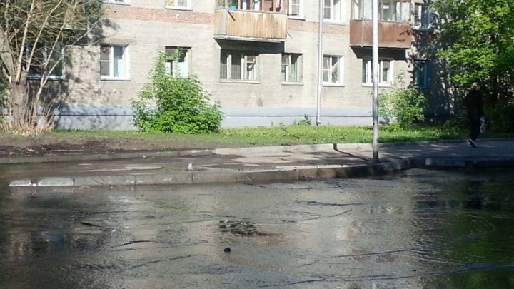 Вода затопила улицу около строящегося ЖК в Заельцовском районе